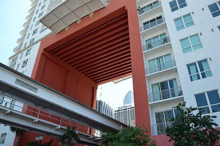 Miami_First_Street_Metromover_station_under_The_Loft_2.jpg