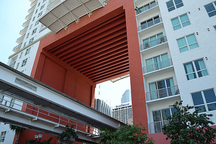 Miami_First_Street_Metromover_station_under_The_Loft_2.jpg